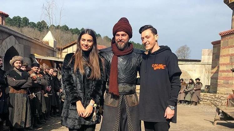Engin Altan Düzyatan dizideki zırhlı kostümü Mesut Özil'e hediye etti