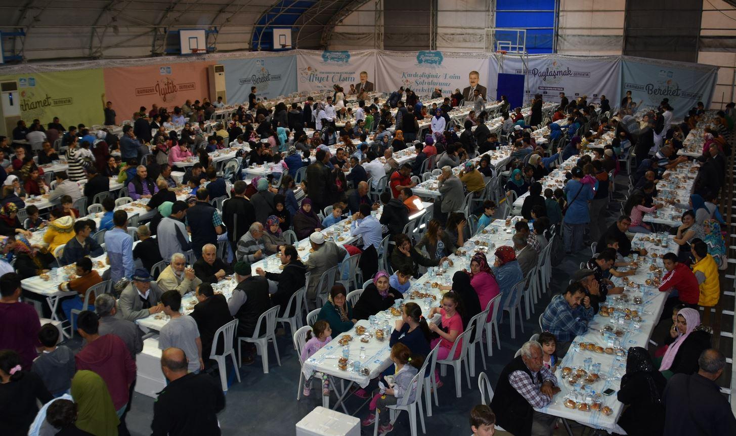 Pendik'te her akşam 8 ayrı noktada 14 bin kişiye iftar