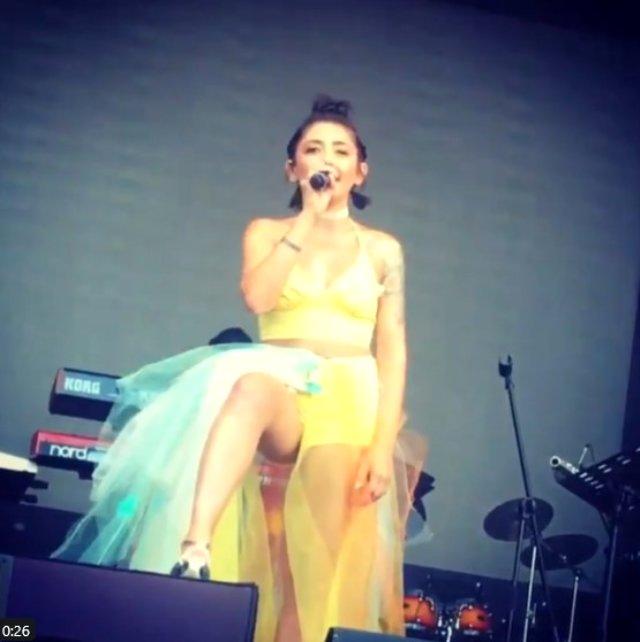 Şarkıcı Melek Mosso'nun sahnede orta parmak işareti tepki çekti