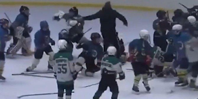 Ukrayna'da buz hokeyinde kavga çıktı! Antrenör çocukları hastanelik etti