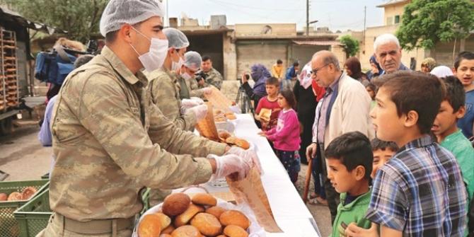 TSK Cinderes'te Halka Ekmek Dağıtıyor