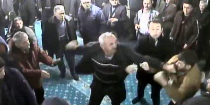 Camideki kavgayı cemaat zor ayırdı!