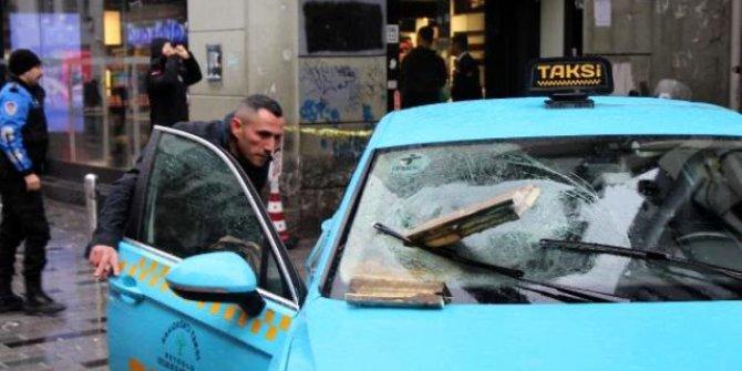 Beton parçası hareket halindeki taksinin ön camına saplandı!