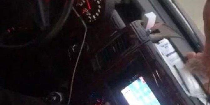 Minibüs'te okey oynadı! Ehliyetine el koyuldu