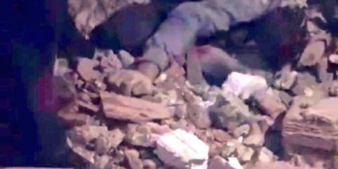 Elazığ depreminde bir baba çocuğunu korumaya çalışırken can verdi!