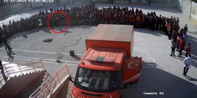 Okul müdüründen şiddet görüntüsü! Öğrencinin suratına tekme attı!