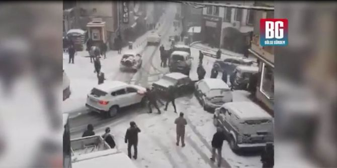 Kayan arabalara balkon sunuculuğu yapan adam izleyenleri güldürdü!