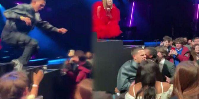 Ünlü rapçi kendini rahatsız eden seyircilere saldırdı!