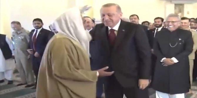 Pakistan'da cuma namazında ilginç görüntüler! İmamlık Erdoğan'a verildi