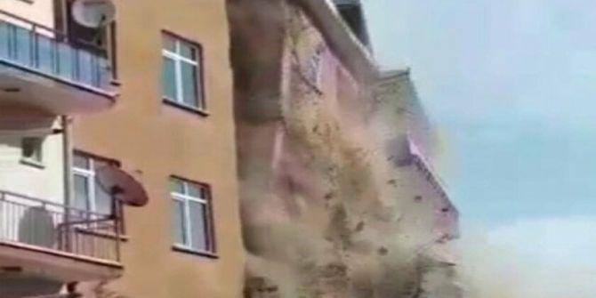 Elazığ'da deprem sonrası hasarlı binanın yıkılma anı!