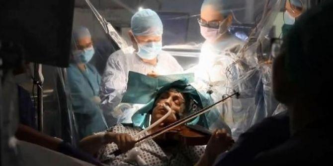 Beyin ameliyatı olurken keman çalan virtüöz izleyenleri şaşırttı!