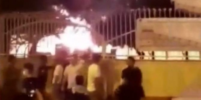 İran'da koronavirüs korkusuyla bir sağlık ocağı ateşe verildi!