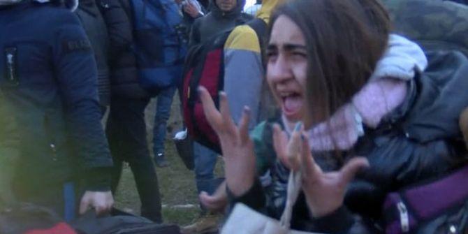 Yunan güçlerinin müdahalesi Suriyeli kıza sinir krizi geçirtti!
