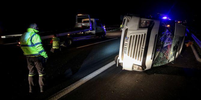 Bursa'da göçmenleri taşıyan minibüs kaza yaptı! 21 yaralı