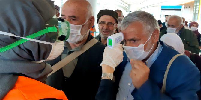 Umre'den gelenlere İstanbul Havalimanı'nda koronavirüs denetimi