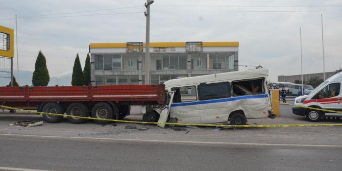 Manisa'daki servis midibüsü ile TIR kazası 2 kişinin canına mal oldu!