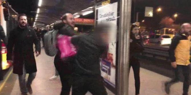 Metrobüste taciz iddiası! Tekme tokat dövüldü
