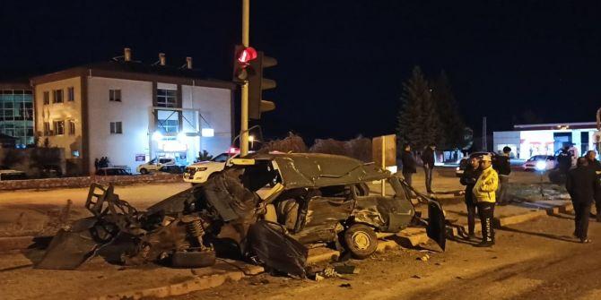 Aksaray'da böyle kaza görülmedi! Otomobil paramparça oldu