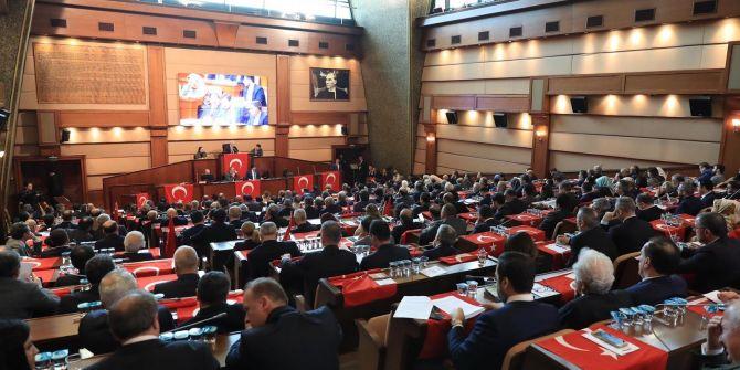 CHP'lilerin İBB'de İstiklal Marşı okunurken ayağa kalkmaması tepki çekti!