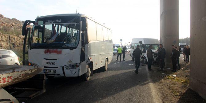 Şanlıurfa'da iki servis aracı çarpıştı! 18 yaralı