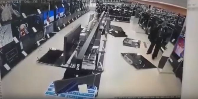Putin'e sinirlenip televizyonlara saldırdı!