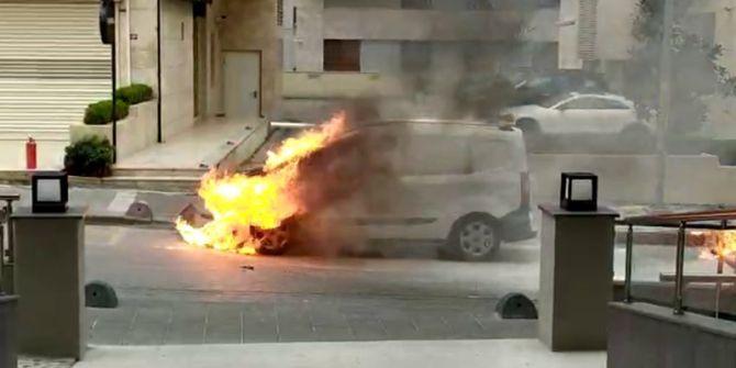 Kadıköy'de korkutan yangın! Otomobil küle döndü