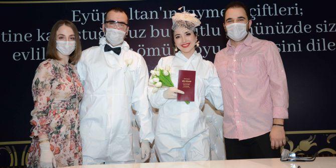 Koronavirüsten dolayı tulumları giyinip nikah kıydılar!