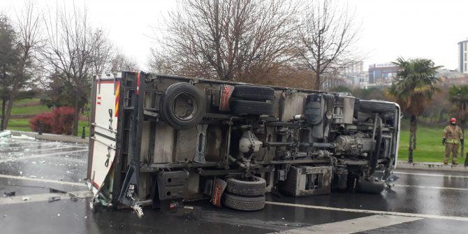 Esenler'de korkunç kaza! Virajı alamayan kamyon bariyerlere çarparak devrildi