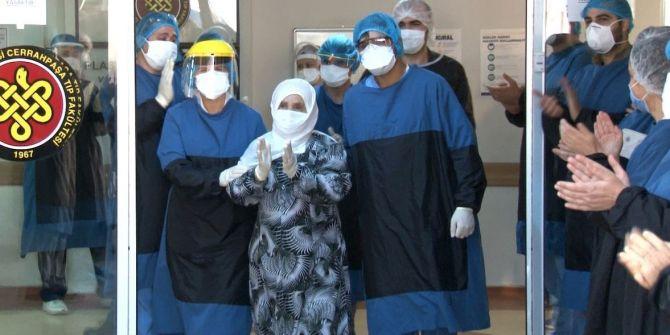 93 yaşında koronavirüsü yendiği hastaneden alkışlarla uğurlandı!