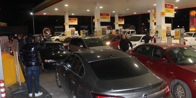 Sokağa çıkma yasağının ardından benzin istasyonlarında araç kuyrukları oluştu