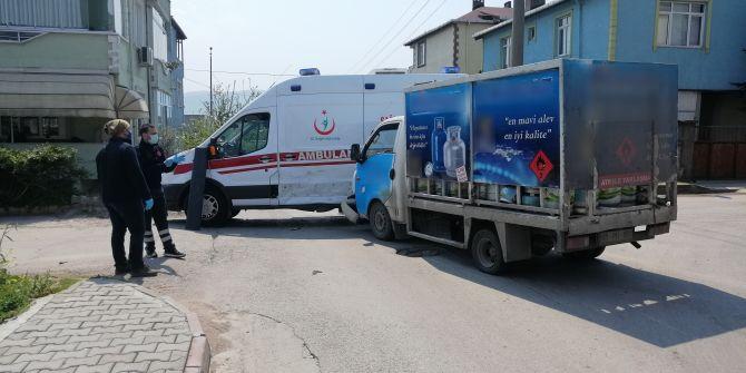 Boş sokakta kaza! İçinde hasta olan ambulansa kamyonet çarpıştı