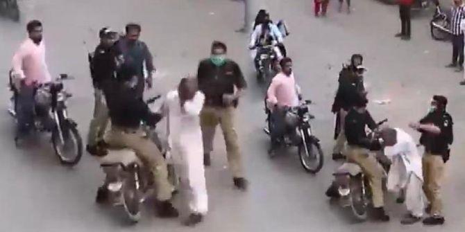 Pakistanlı polislerden ''sokağa çıkma'' uyarısı! Yasağa uymayanı dövdüler