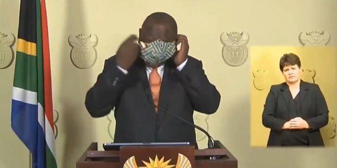 Güney Afrika Devlet Başkanı kameralar önünde maske ile savaş verdi!
