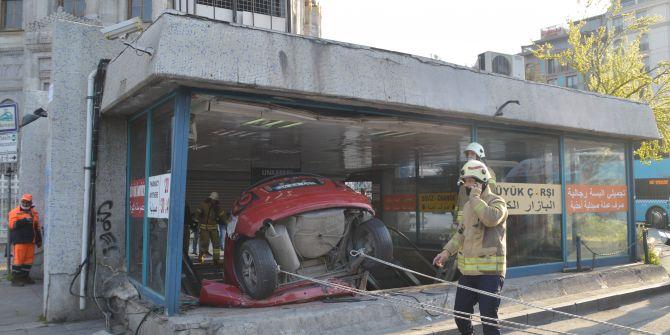 Fatih'te korkunç kaza! İETT otobüsüne çarpıp yer altı çarşısına uçtu