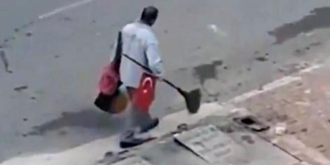 Türk bayrağını yerde bırakmamıştı! O temizlik işçisi ödüllendirildi