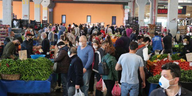 Kısıtlamaya saatler kala pazarlarda sosyal mesafe kuralları yok sayıldı!