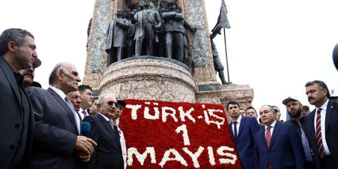 1 Mayıs dolayısıyla TÜRK-İŞ Taksim'deki Cumhuriyet Anıtı'na çelenk bıraktı!