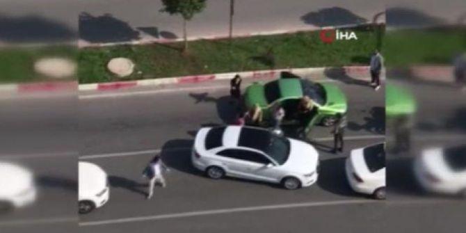 Trafikte kadınlarla tartışan adam, arabasından sopayı çıkartıp kadınları dövdü!