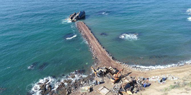 Şile'de karaya oturmuştu! Parçalanarak karaya çekiliyor