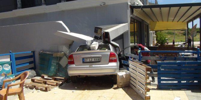 Kontrolden çıkan otomobil markete daldı! 3 yaralı var