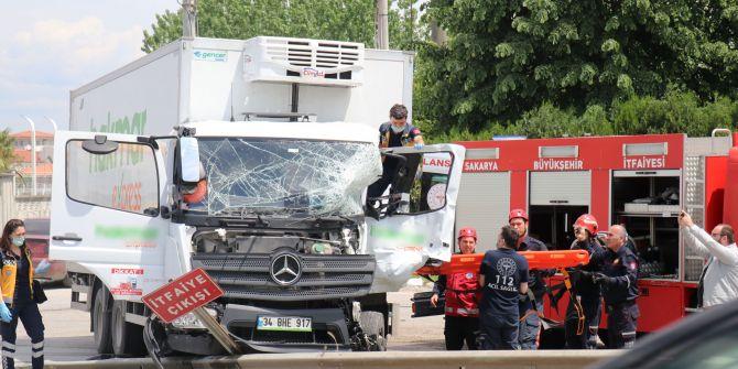 Sakarya'da korkunç kaza! İki kamyon kafa kafaya çarpıştı