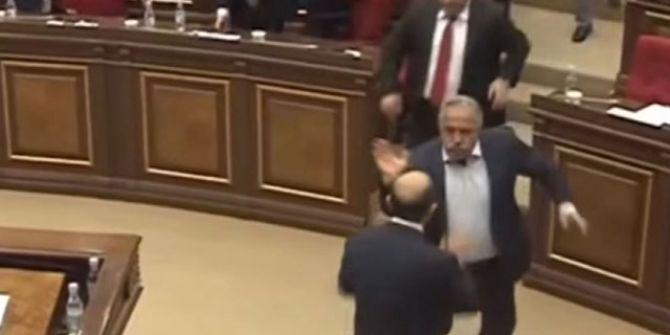 Ermenistan parlamentosunda kavga çıktı! Tekmeler, yumruklar havada uçuştu