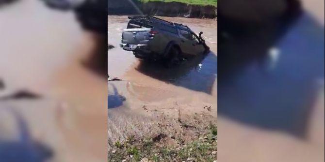 Yarışta yanlış yolu seçen sürücü, balçığa saplandı!