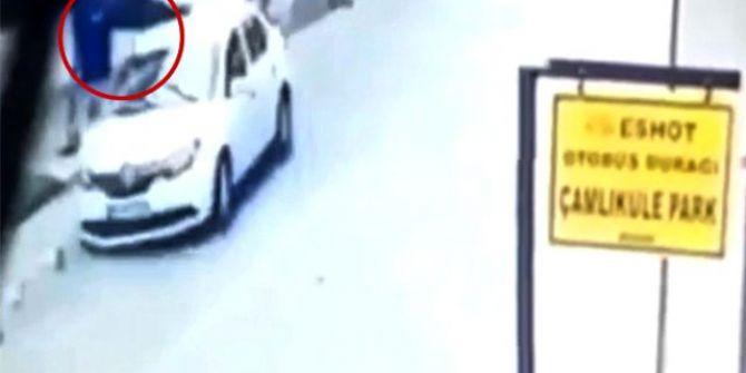 Çöp atmak için sokağa çıkan polis memurunun yaşadığı kaza kameralara yansıdı!