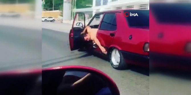 Trafikte şaşırtan görüntüler! Hareket halindeki araçta yapmadığı hareket kalmadı