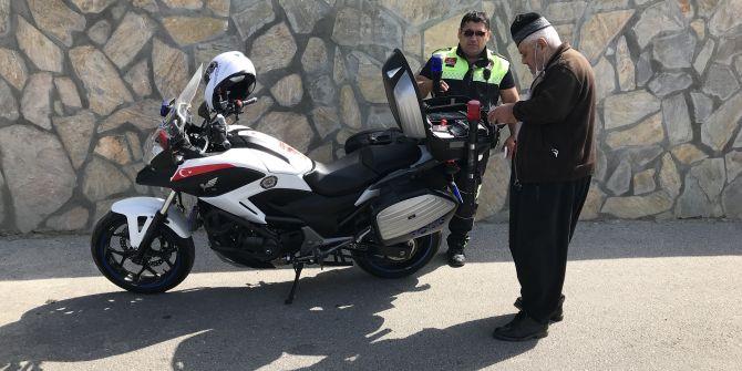 Yasak tanımayan 84 yaşındaki adam trafiği birbirine kattı!