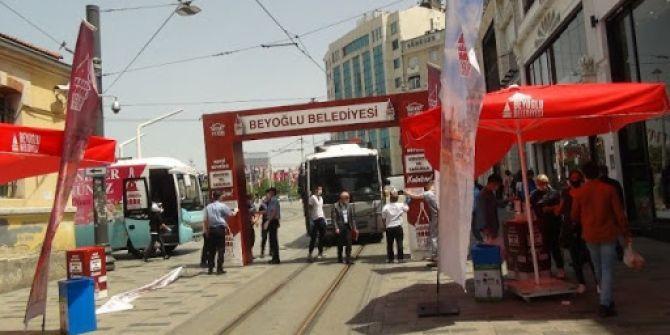İstiklal Caddesi'nde korkutan kaza! Zabıta çalışanı, altında kalmaktan zor kurtuldu