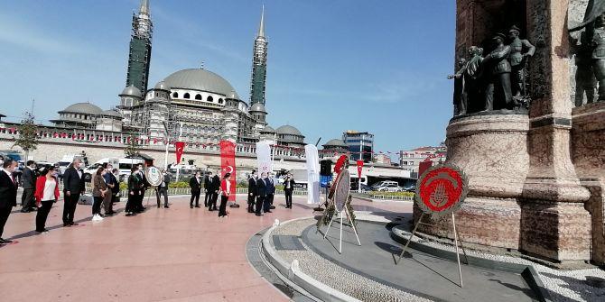 Taksim'de 19 Mayıs töreni sosyal mesafe kurallarına uyularak düzenlendi!