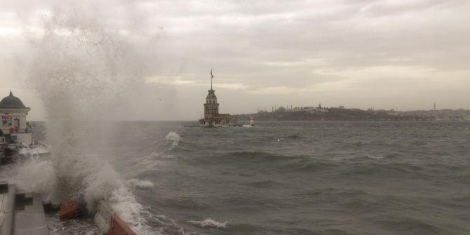 İstanbul sabah saatlerinde yağmur ve şiddetli rüzgarın etkisi altında kaldı!