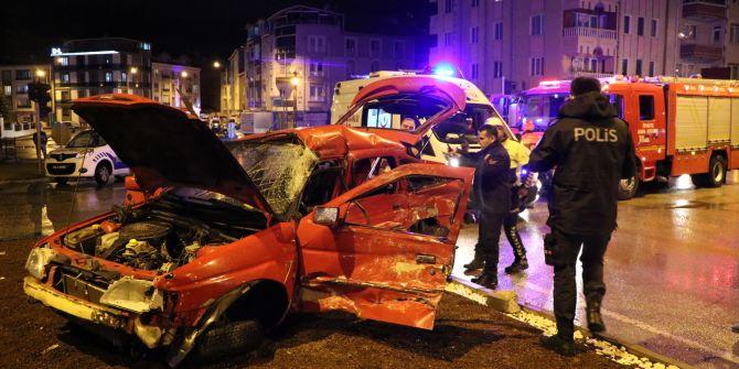 Sivas'ta feci kaza! Tır ile çarpışan otomobil hurdaya döndü